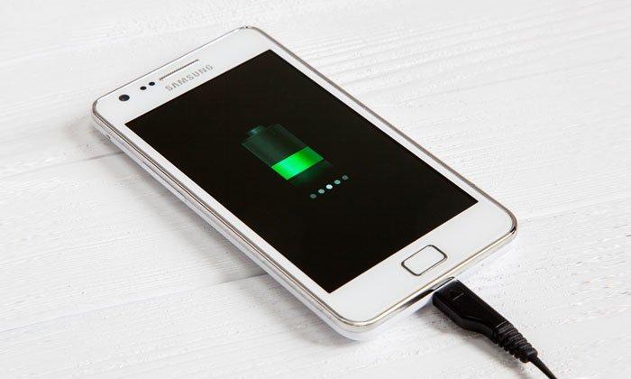 Стоит ли оставлять смартфон заряжаться на ночь?